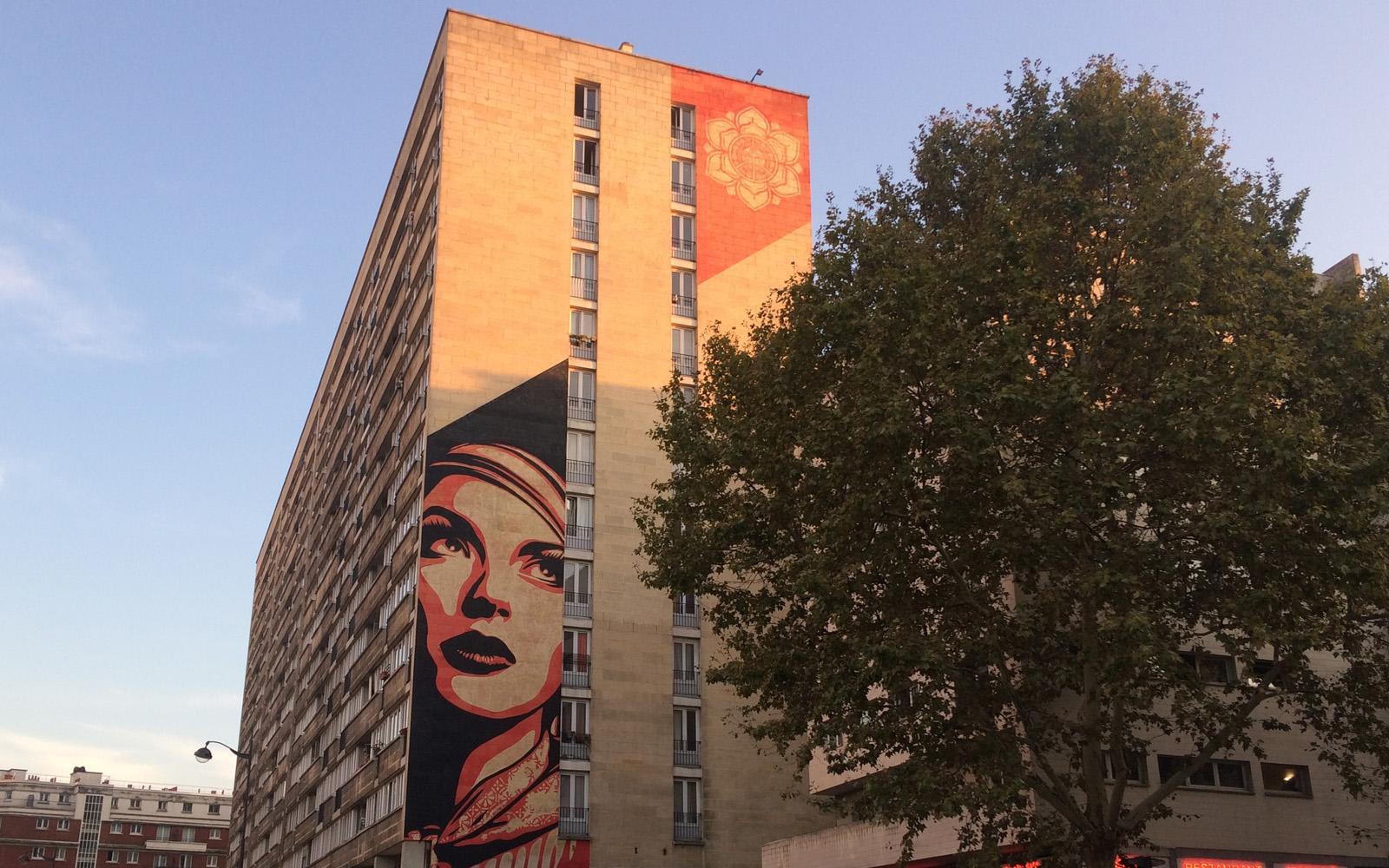 Il murale di Shepard Fairey dedicato alla forza delle donne.