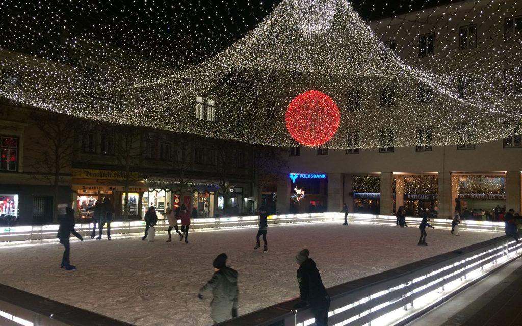 La bellissima pista da pattinaggio sul ghiaccio di Villach.
