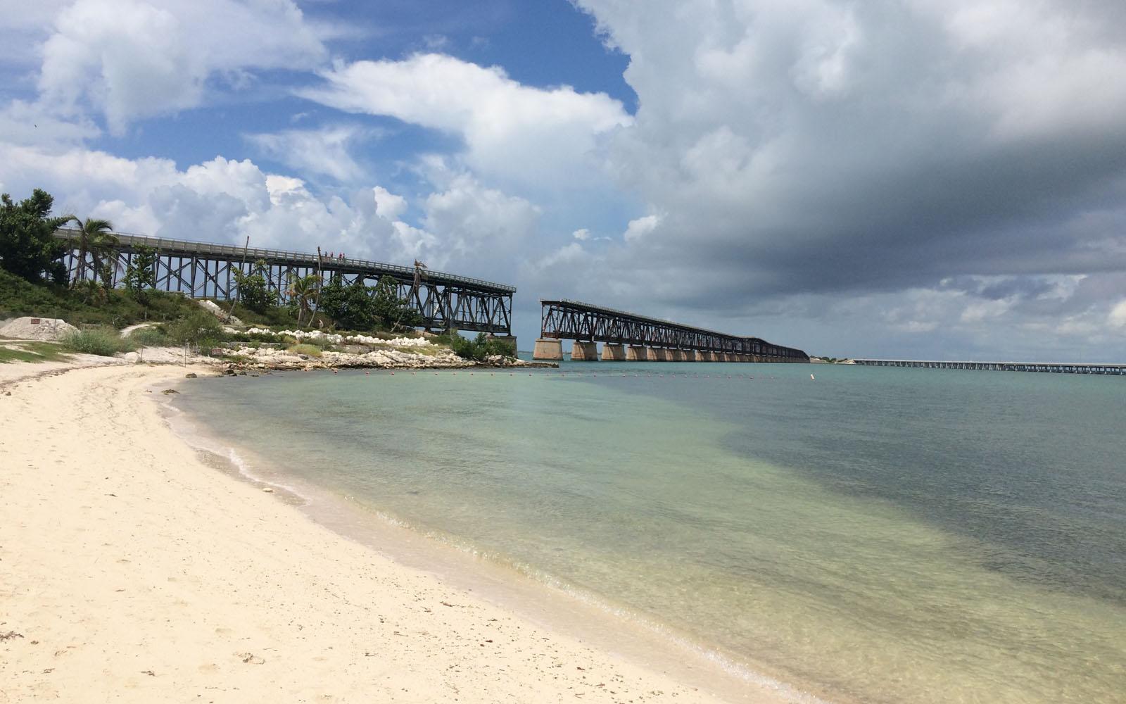 La spiaggia di Bahia Honda con il ponte interrotto sullo sfondo.