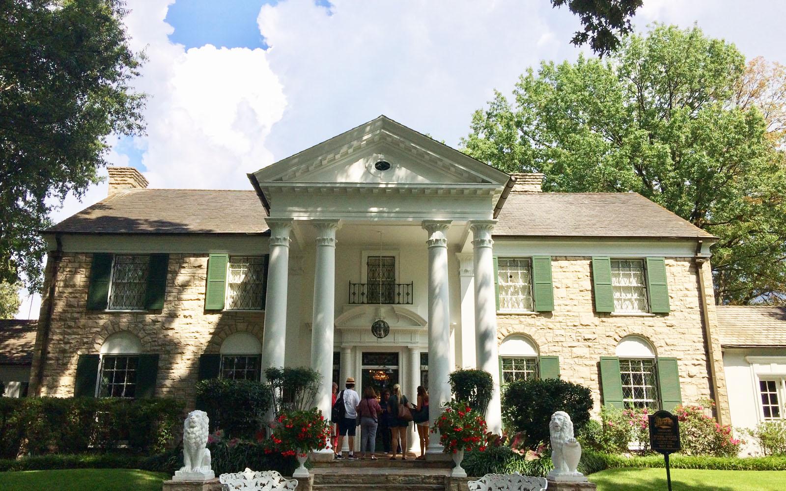L'ingresso della lussuosa casa di Elvis Presley.