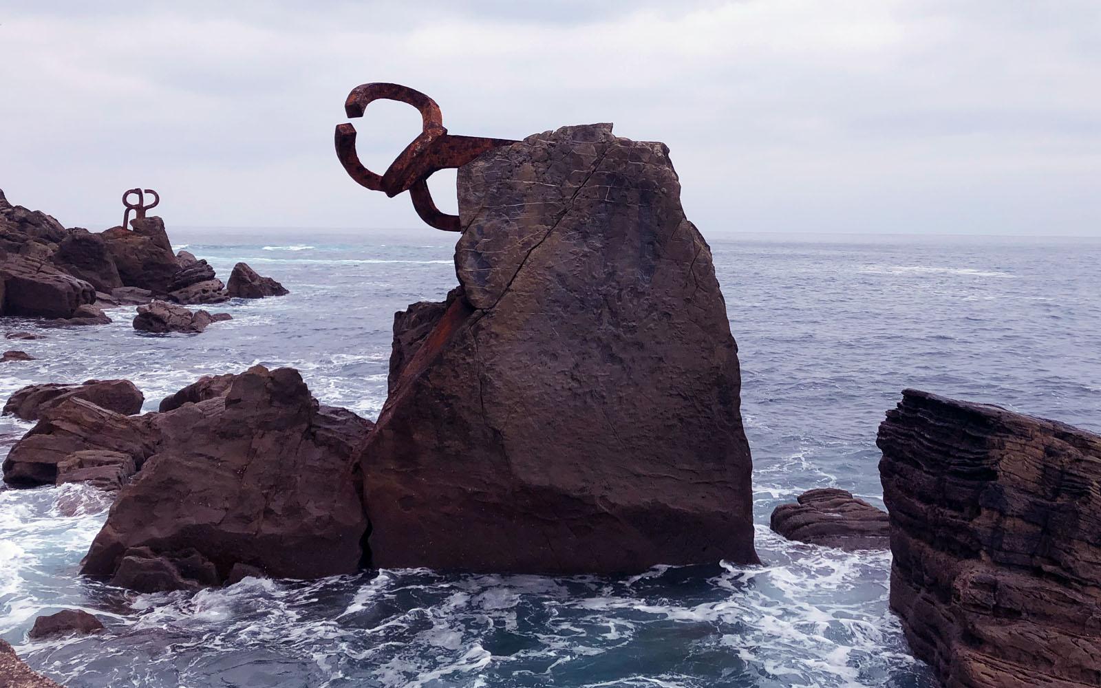 """Uno scorcio della scultura """"Peine del Viento"""" sulla spiaggia Ondarreta."""