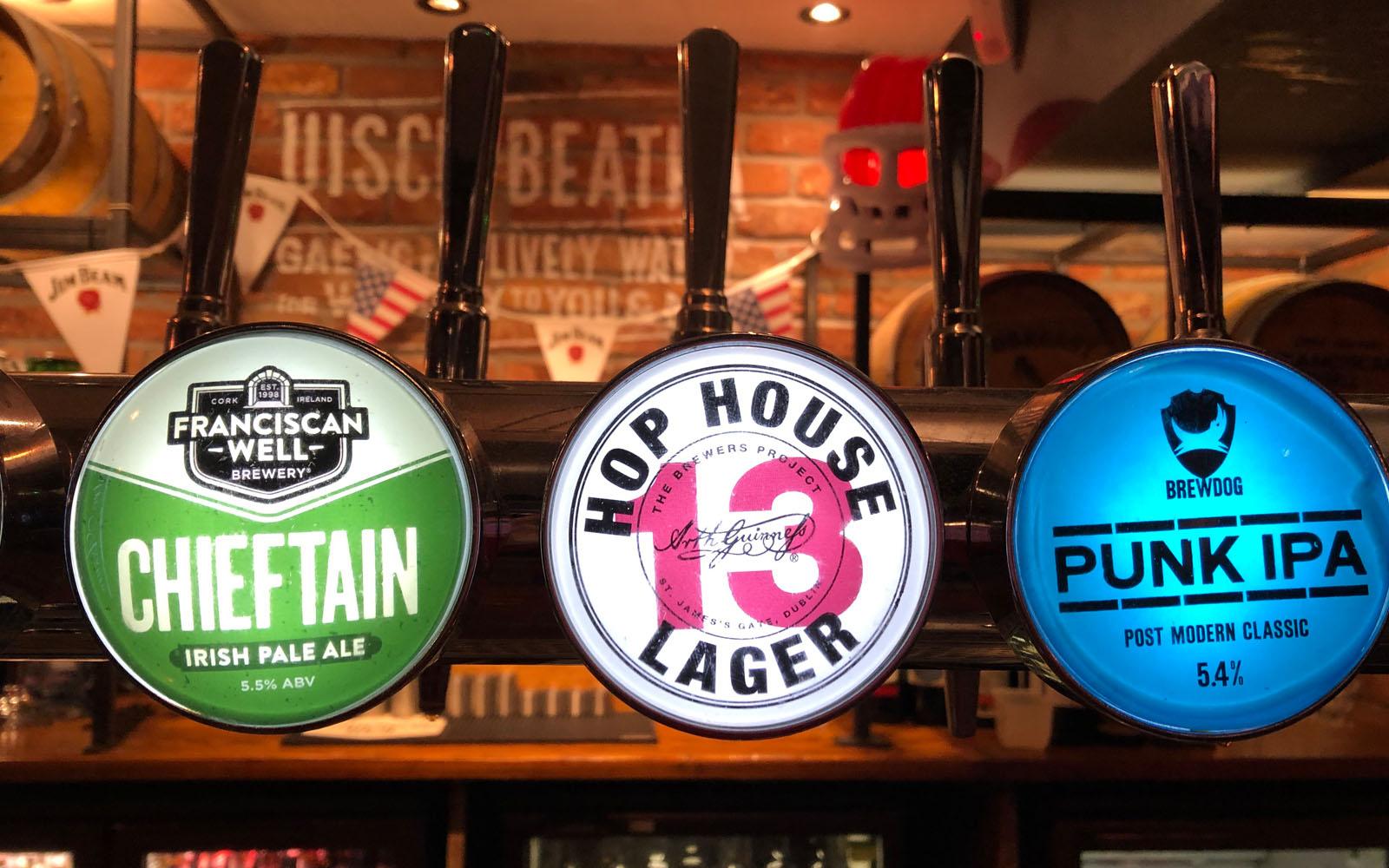 Alcune delle birre alla spina nel pub O'Neils di Liverpool.