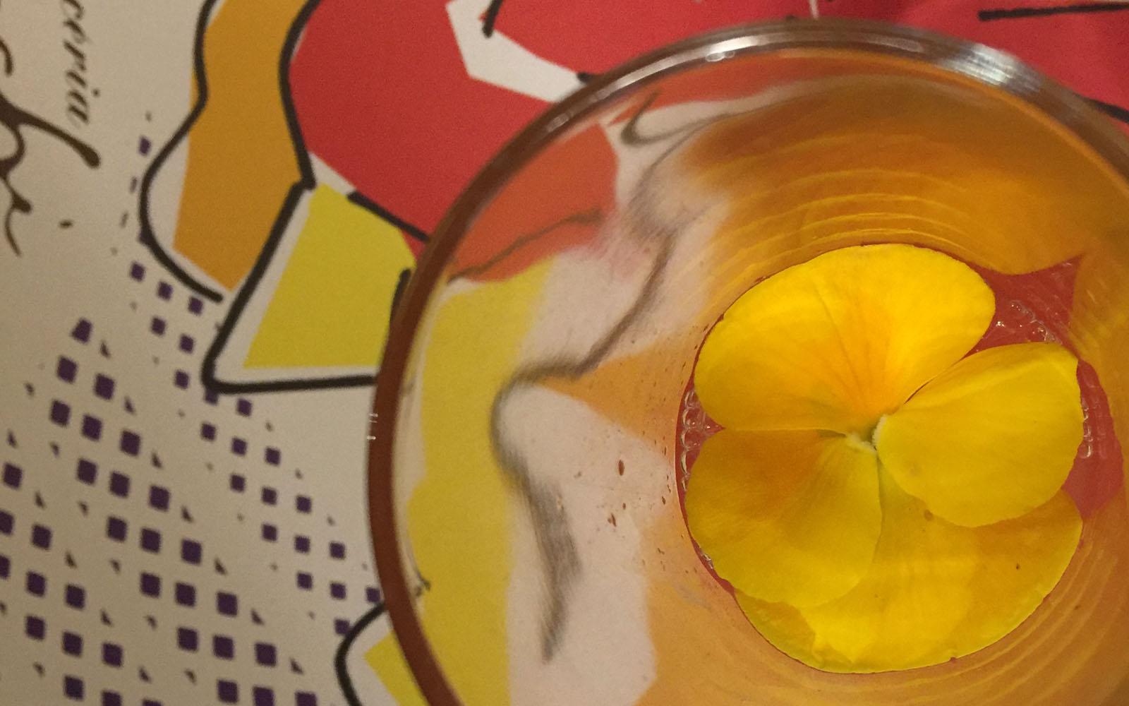 Un creativo cocktail con fiore, nella pasticceria Cucchi a Milano.