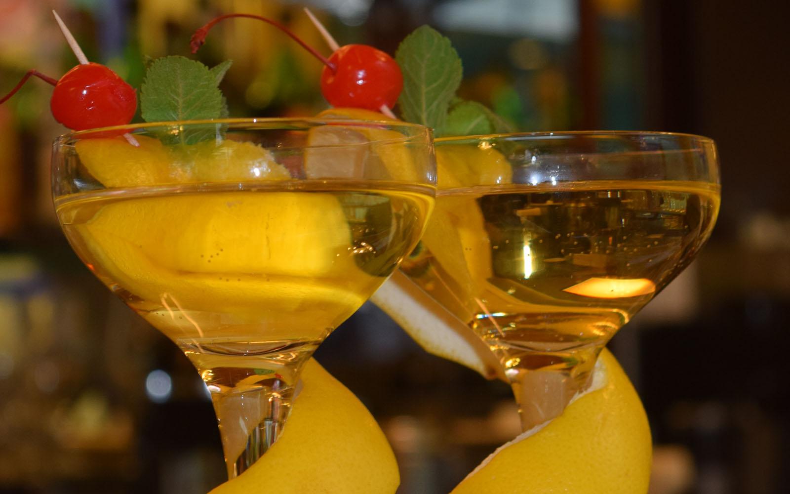 Cocktail nella storica pasticceria Cucchi di Milano.