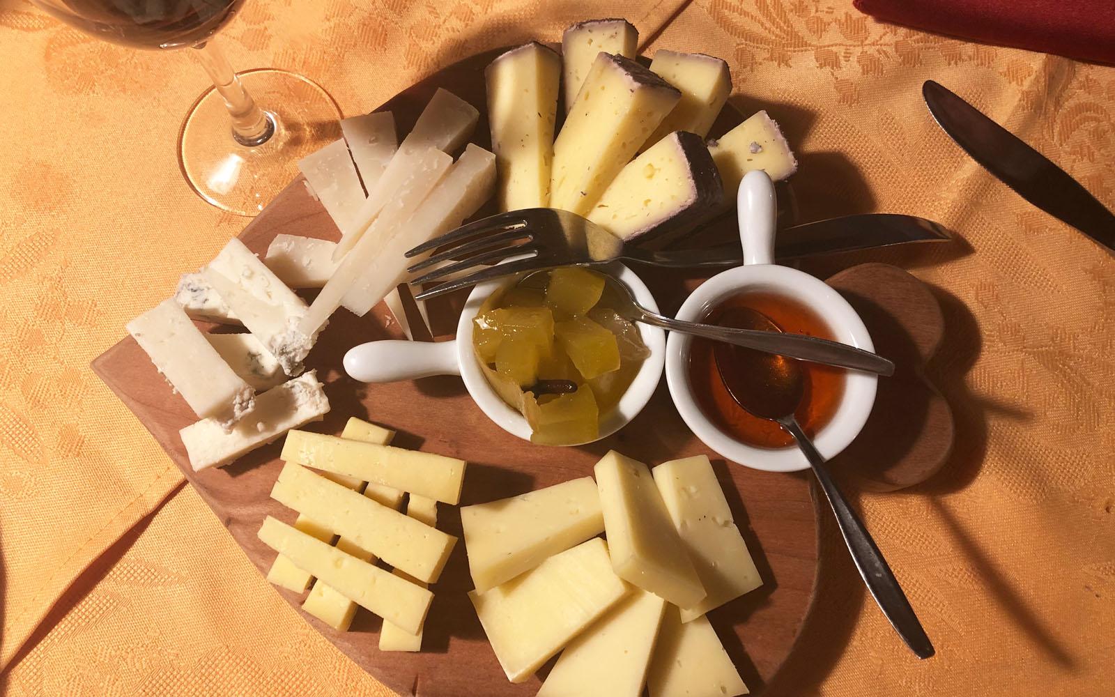 L'invitante tagliere di formaggi della Malga Salanzada.