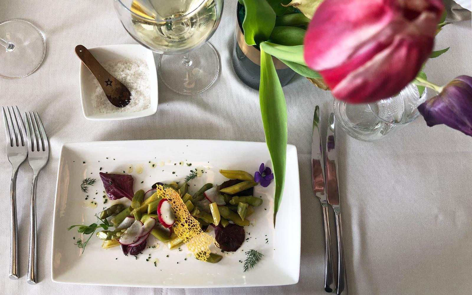 Insalata di asparagi, fiori ed erbe aromatiche alla Bottega dei Sapori di Pirano.