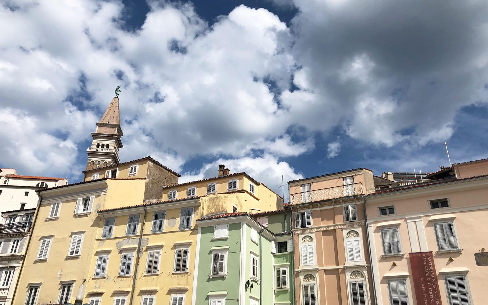 Gli edifici color sorbetto che affacciano su piazza Tartini, a Pirano.