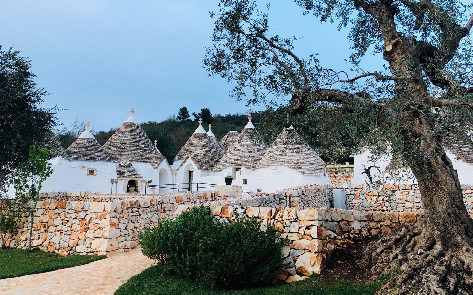 Uno dei paesaggi iconici della Valle d'Itria, in Puglia.