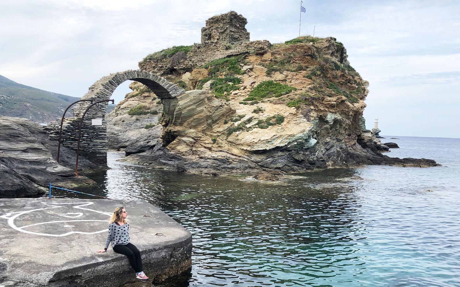 La roccia che si erge di fronte alla piazza del marinaio ignoto, a Chora.