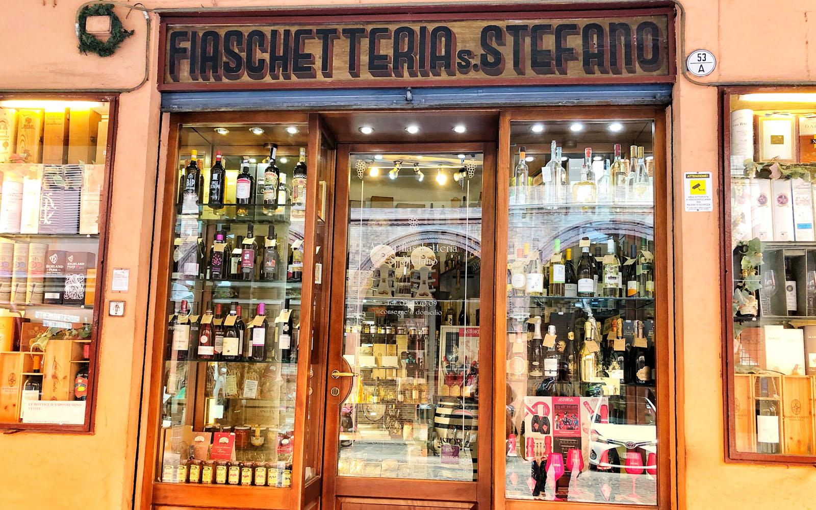Una delle storiche botteghe di Bologna.