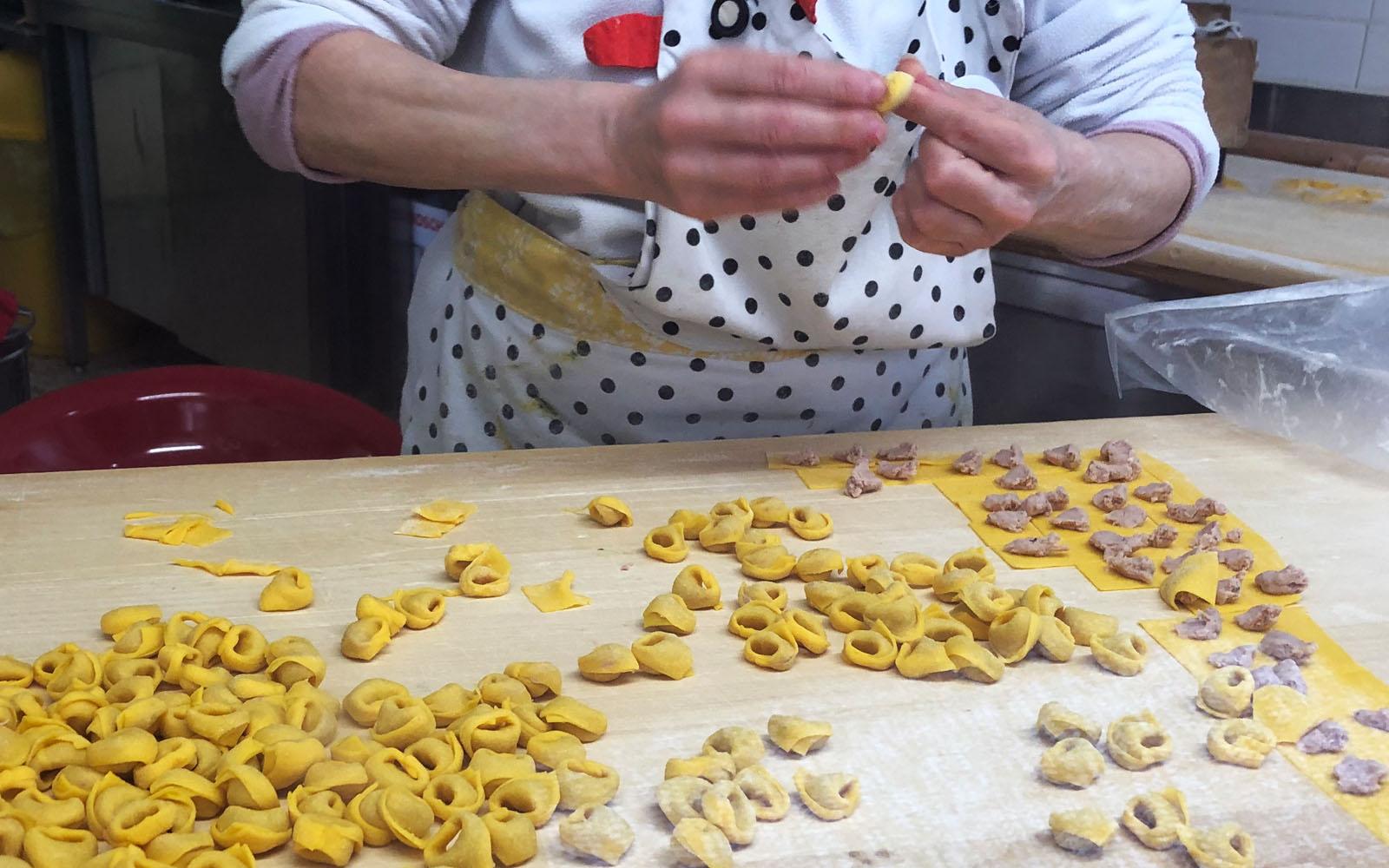 La preparazione dei tortellini nel laboratorio artigianale La Pentola che Bolle.