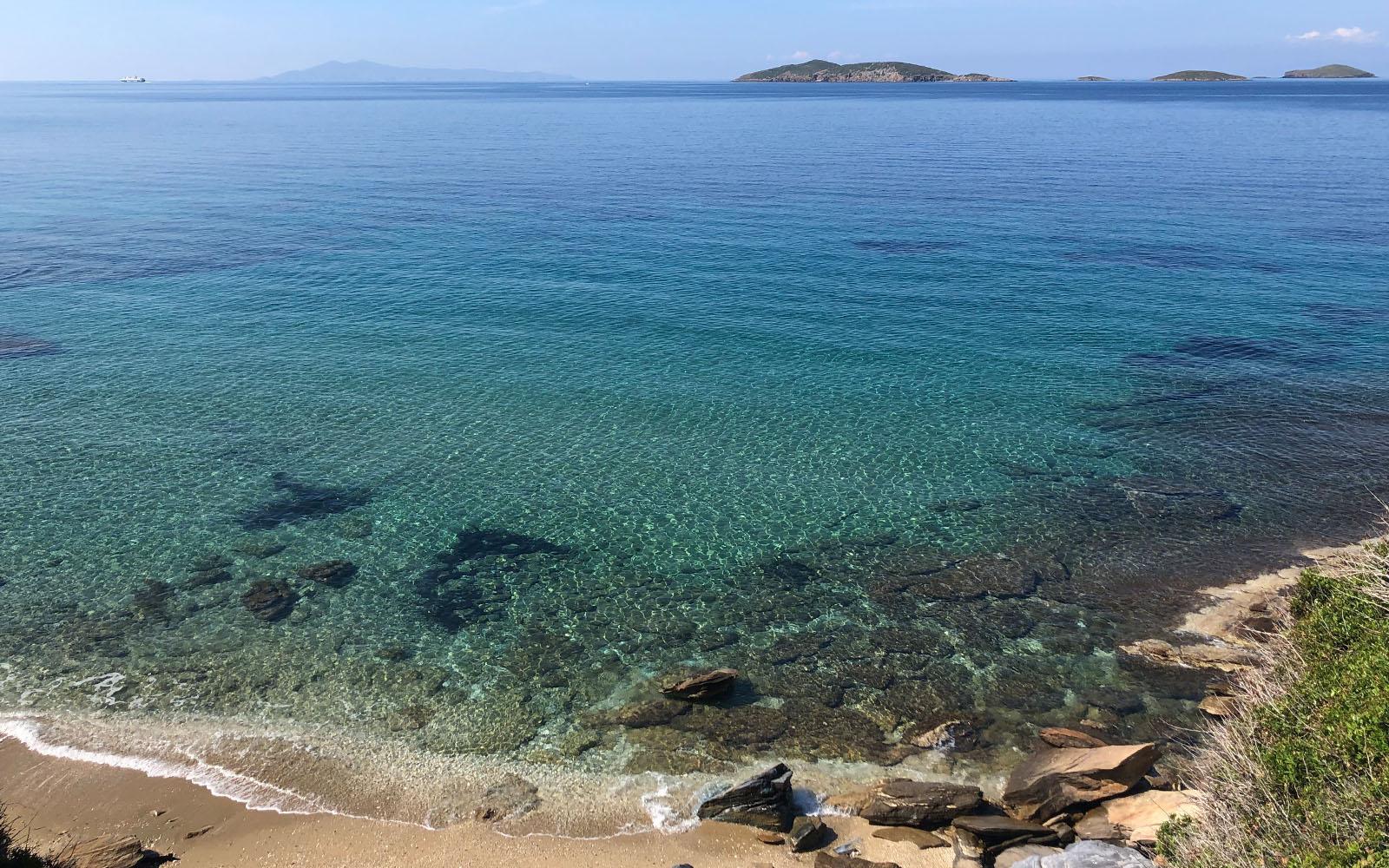 Uno scorcio del mare e della spiaggia di Kipri, sulla costa occidentale di Andros.