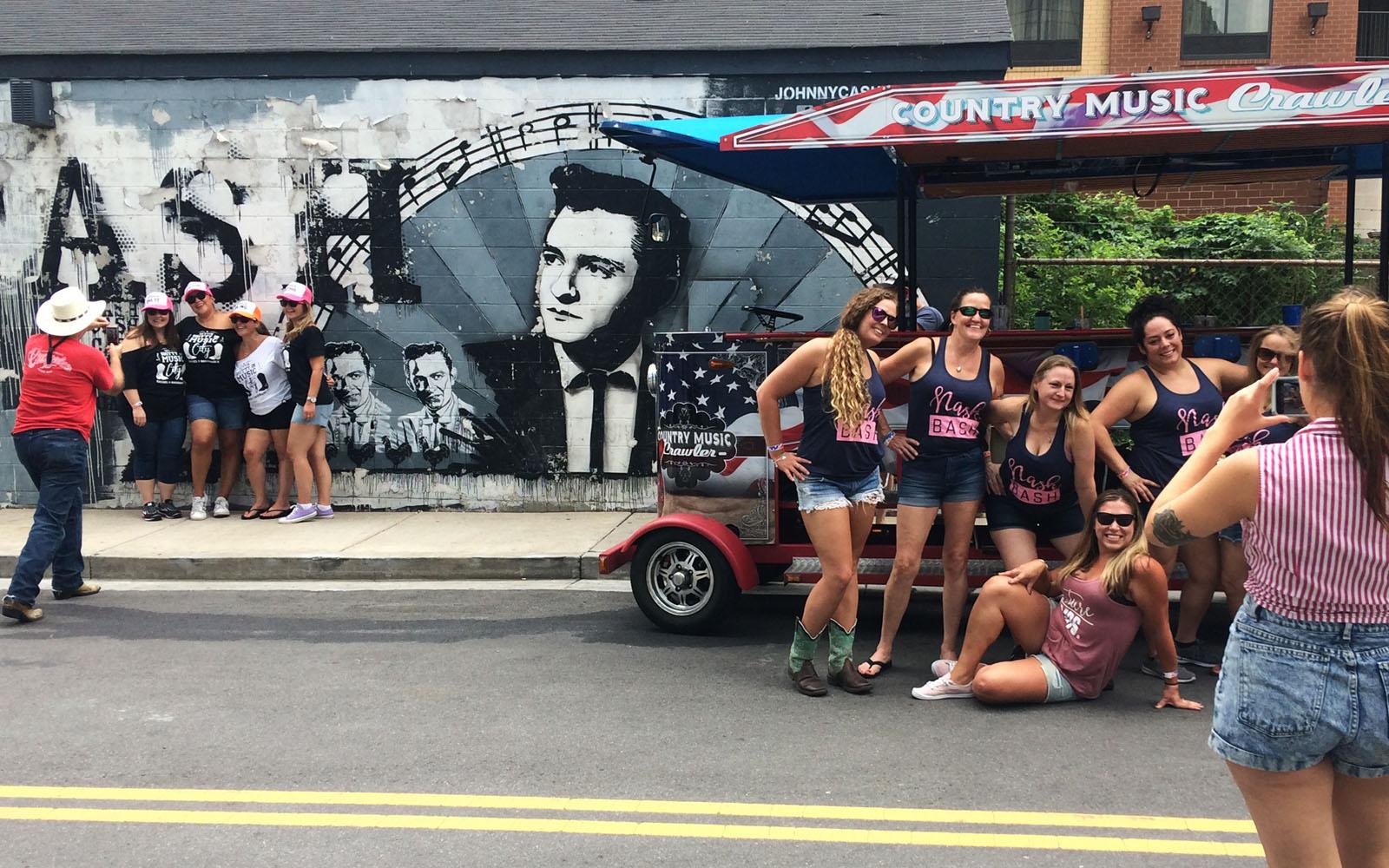 Gruppi di ragazze scattano foto ricordo mentre festeggiano l'addio al nubilato.