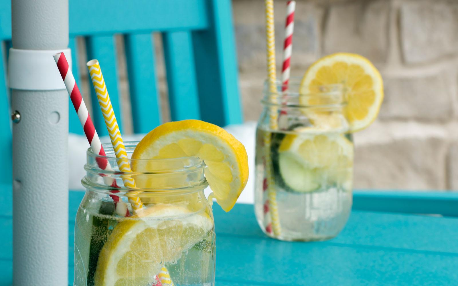Bicchieri di acqua e limone, rinfrescanti e salutari.