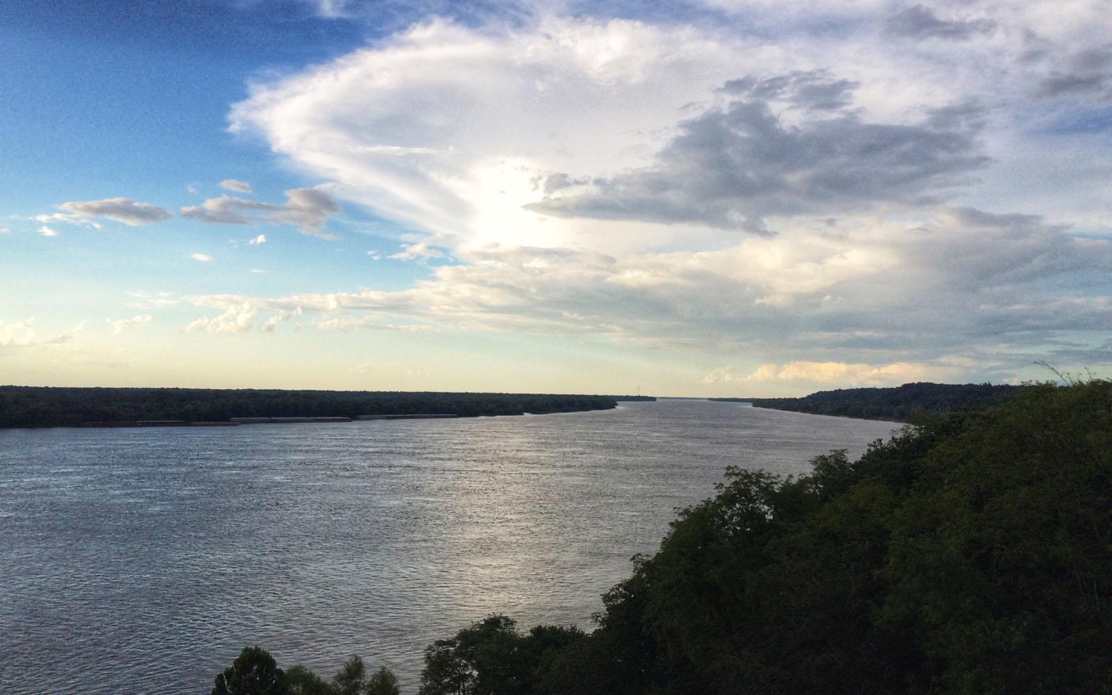 Il Mississippi ammirato dal lungofiume di Natchez.