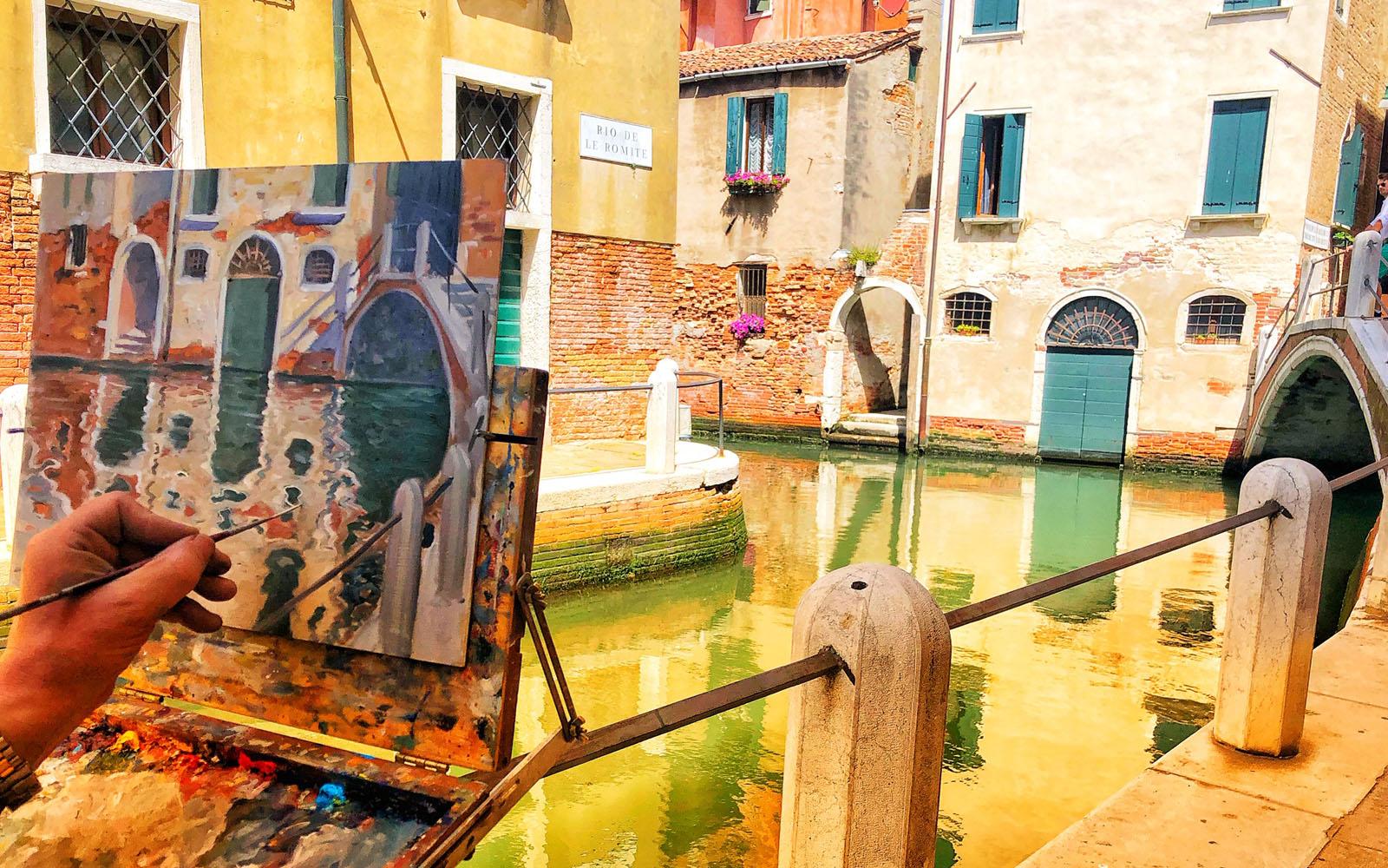 Un pittore dipinge uno scorcio del sestiere Dorsoduro.