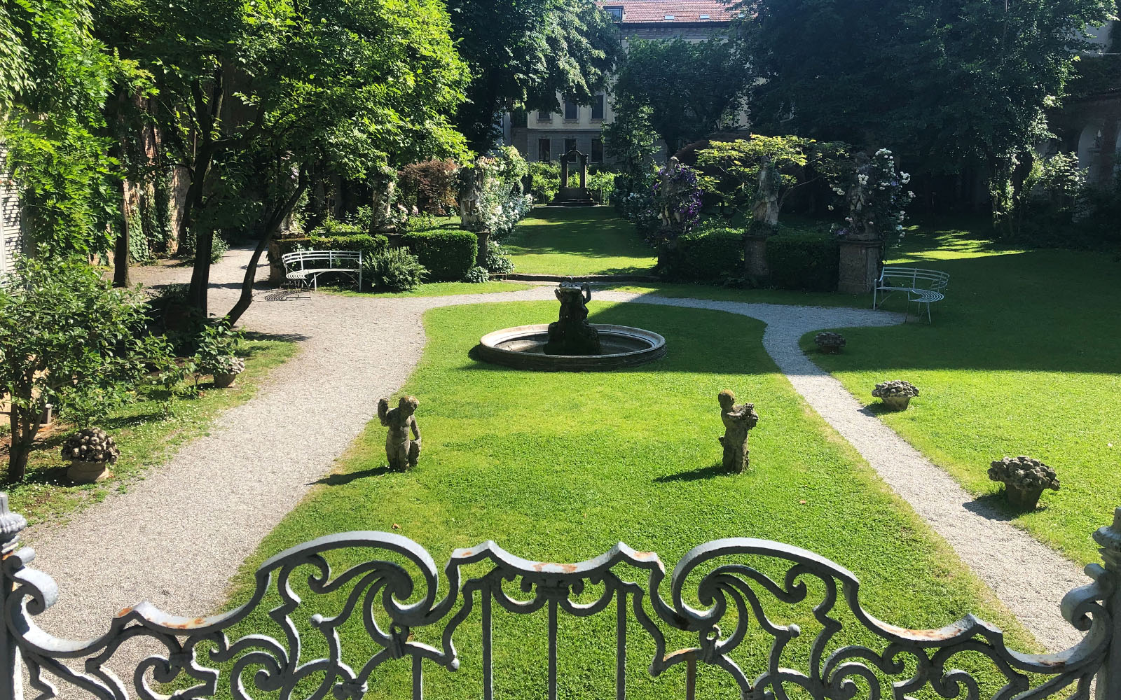 Il giardino di Casa degli Atellani, che conduce alla vigna di Leonardo.