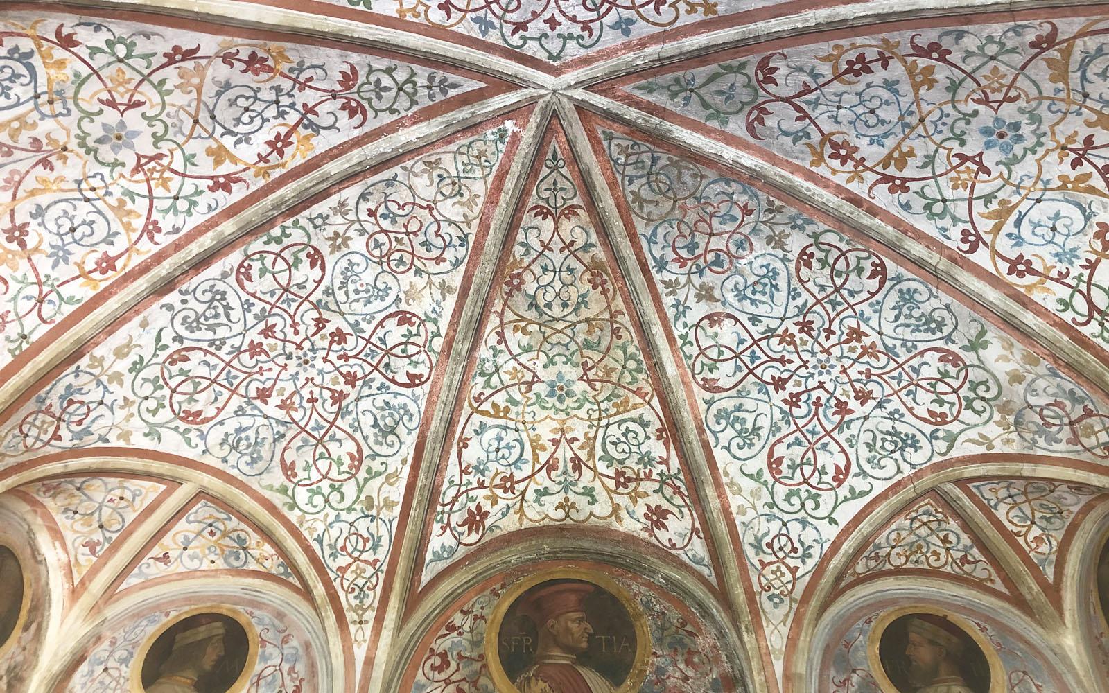 Il soffitto affrescato della Sala dei Ritratti.
