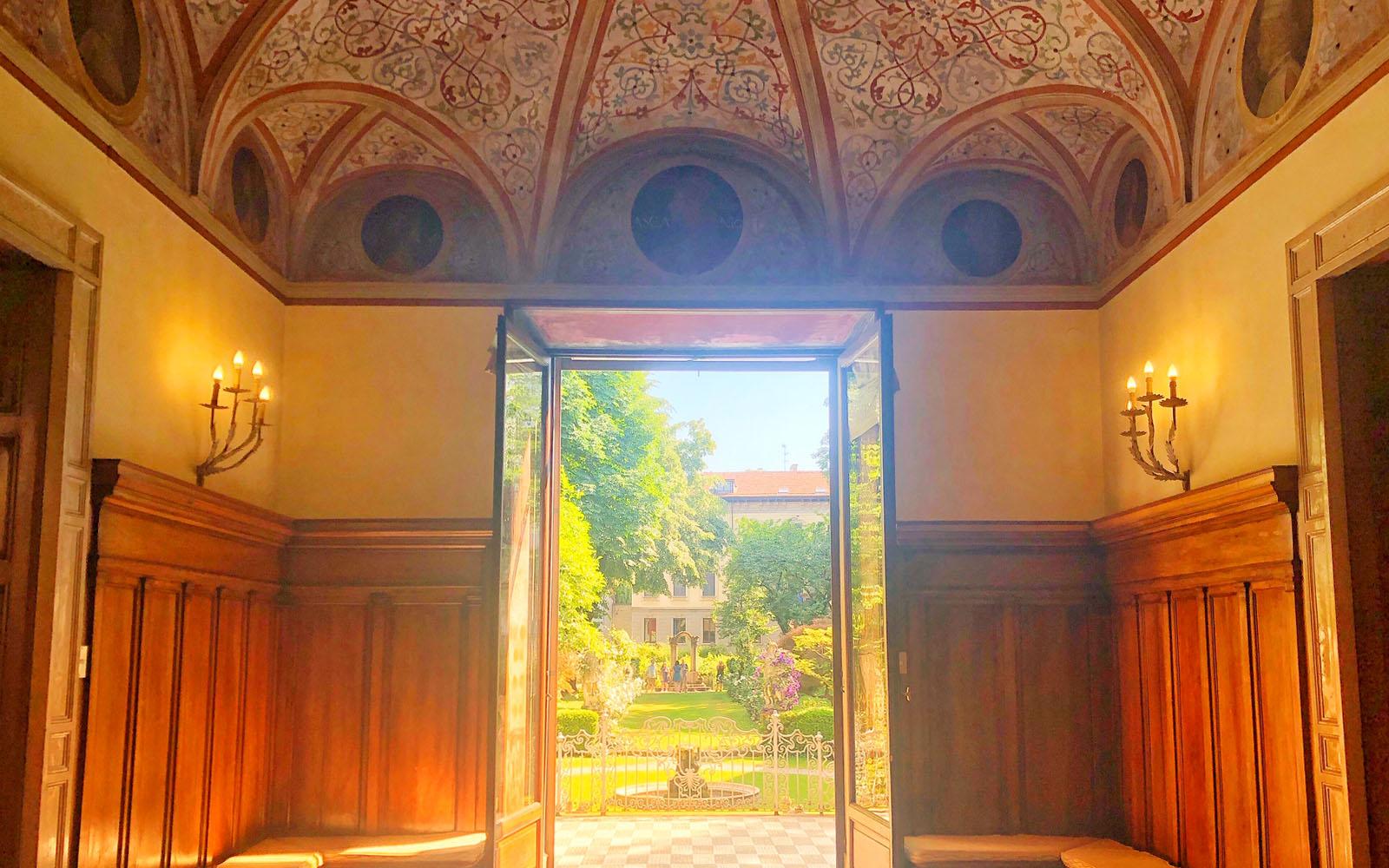 Uno scorcio sul giardino di Casa degli Atellani e sulla Vigna di Leonardo.