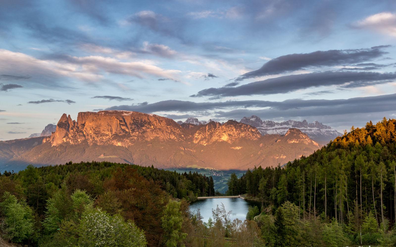 Il fenomeno dell'enrosadira tipico delle Dolomiti.