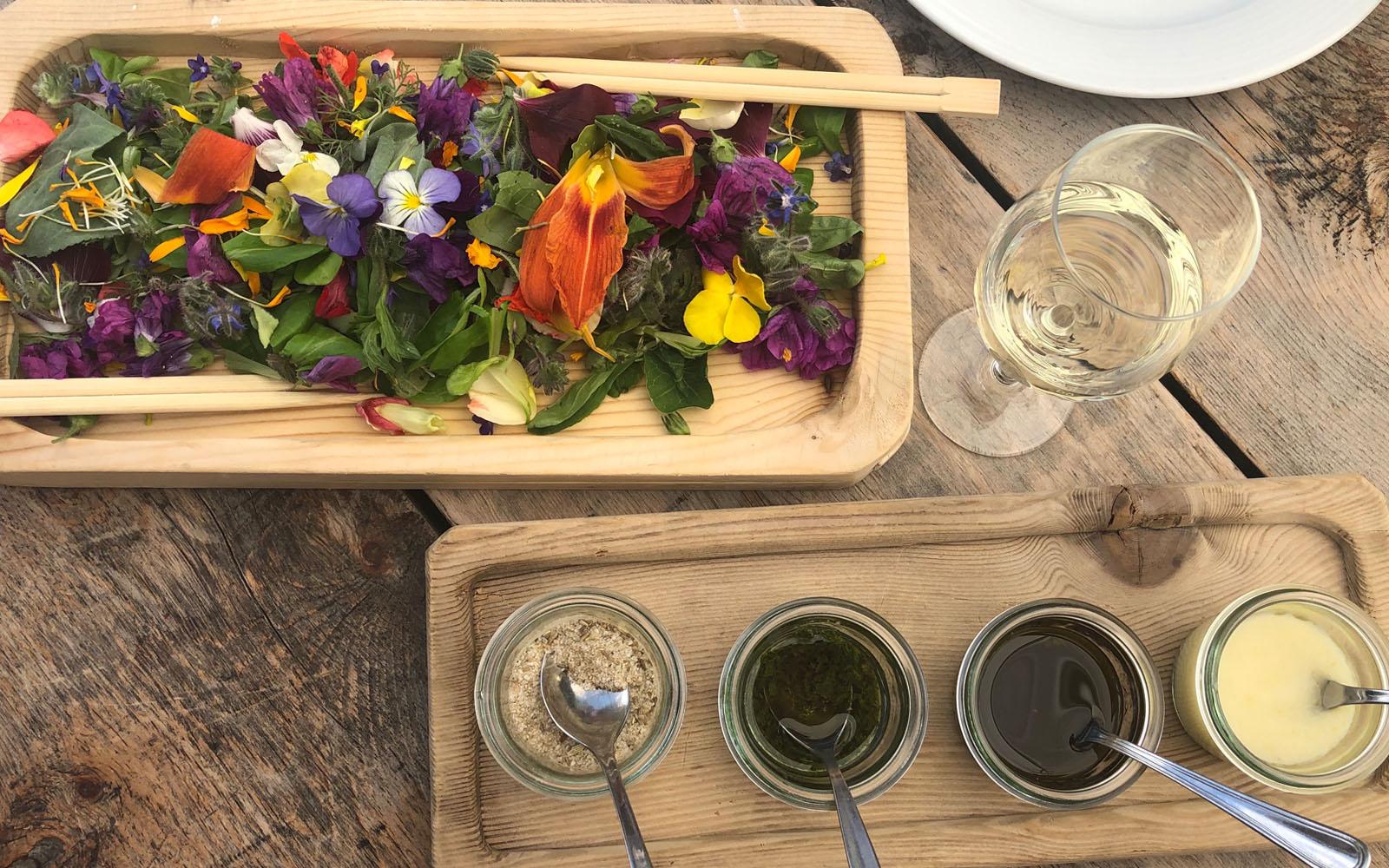 Il piatto 'Giardino d'Estate' della malga Gostner, all'Alpe di Siusi.