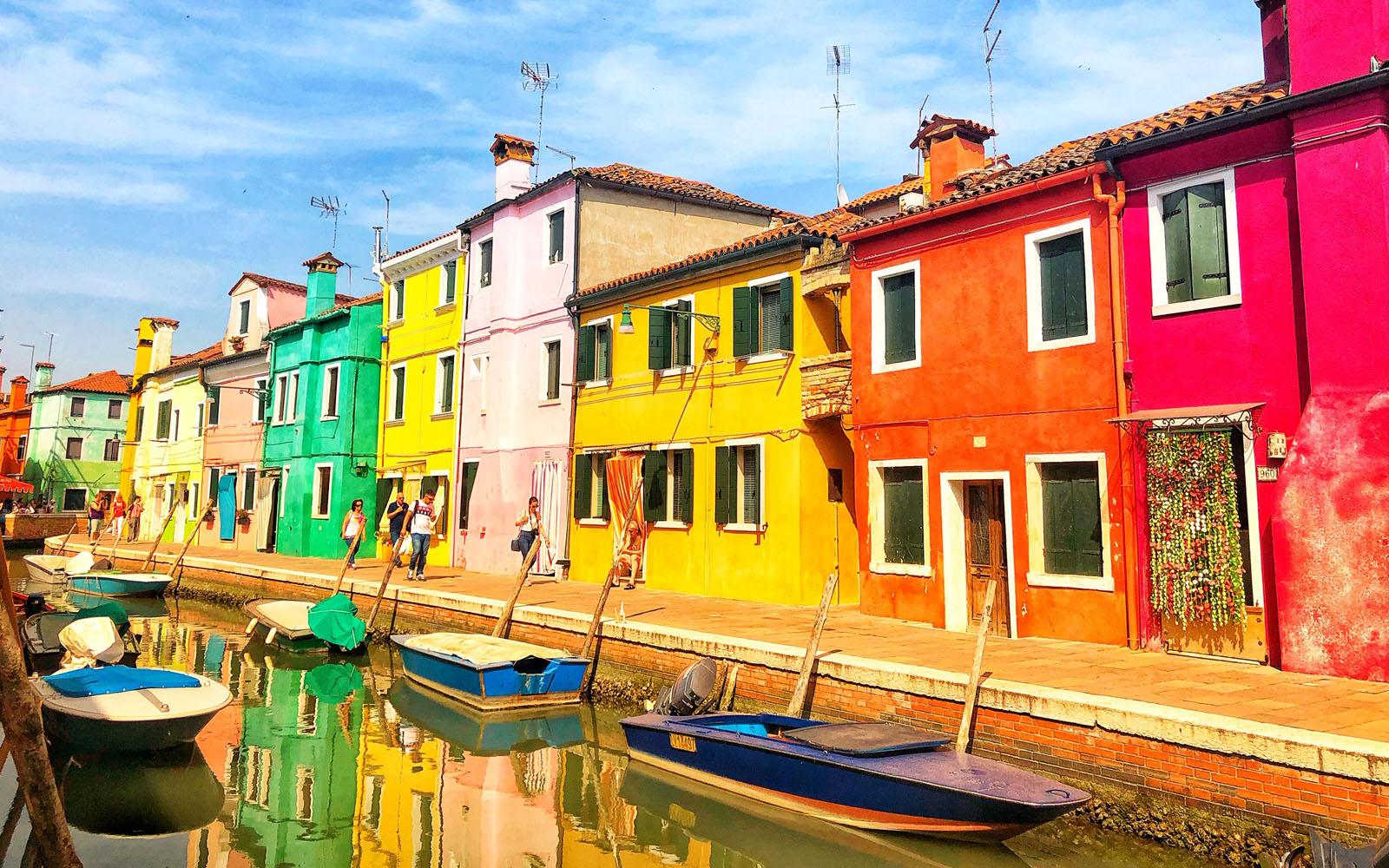 L'arcobaleno di casette variopinte di Burano.