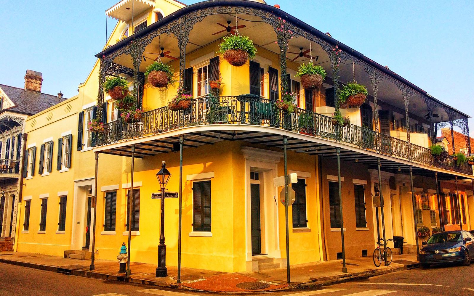 Un tipico balcone in ferro battuto con piante del quartiere francese, a New Orleans.