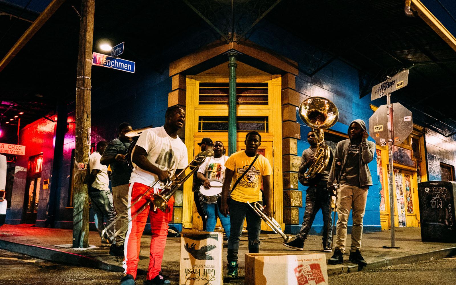 Musicisti per strada nel vivace quartiere di Marigny.