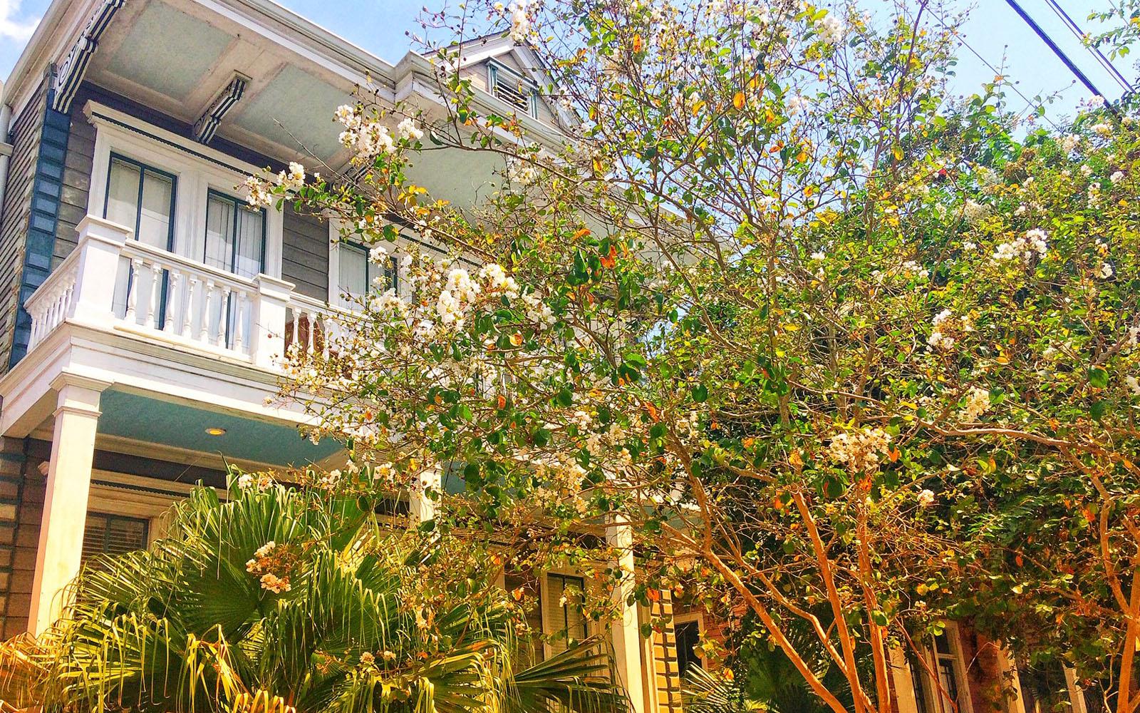 Una delle eleganti case che caratterizzano il verdeggiante Garden District.