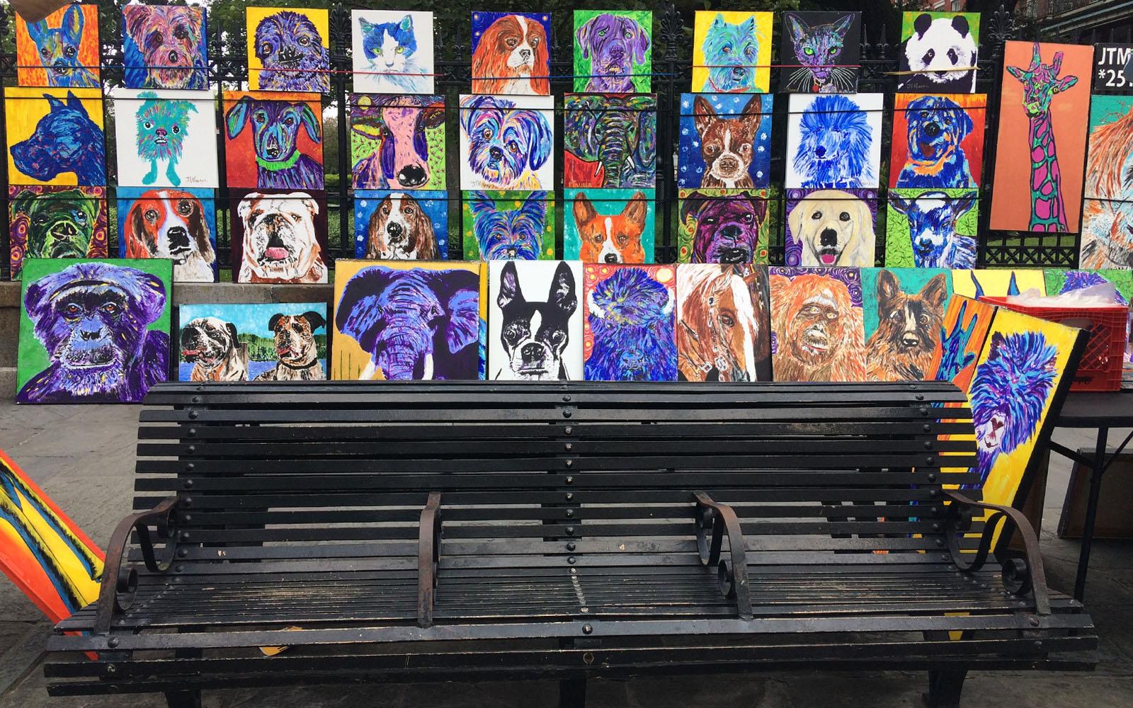 Quadri di un artista di strada esposti in Jackson square.