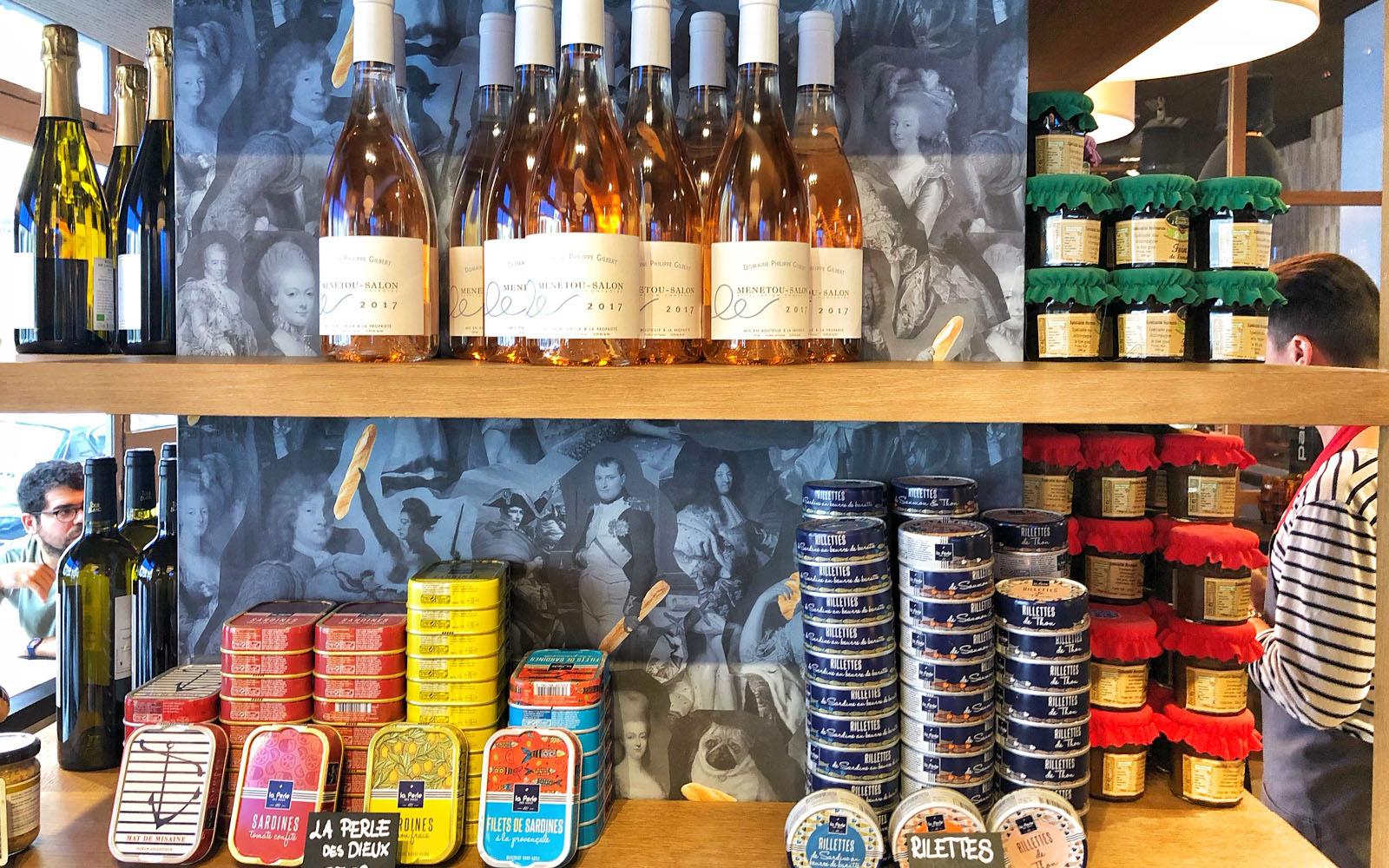 Bottiglie di vino bio ed altri prodotti, da consumare in loco o da portare a casa.