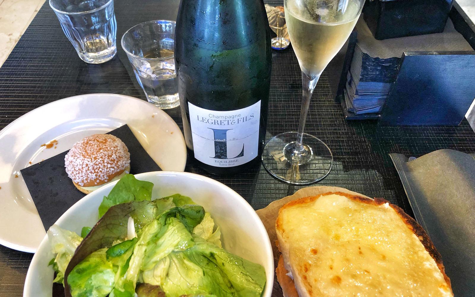 Il mio spuntino: croque monsieur veggie, mini tropézienne e champagne.