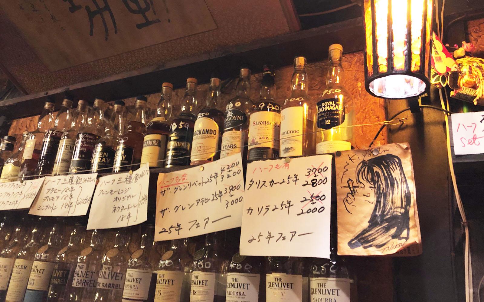 Bottiglie di whisky in uno dei minuscoli bar del Golden Gai.