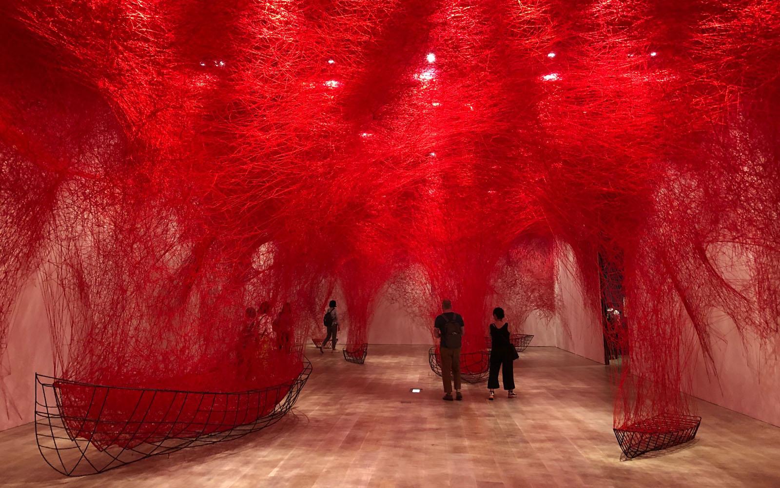 La mostra 'The soul trembles' dell'artista Shiota Chiharu al Museo d'Arte Mori di Tokyo.