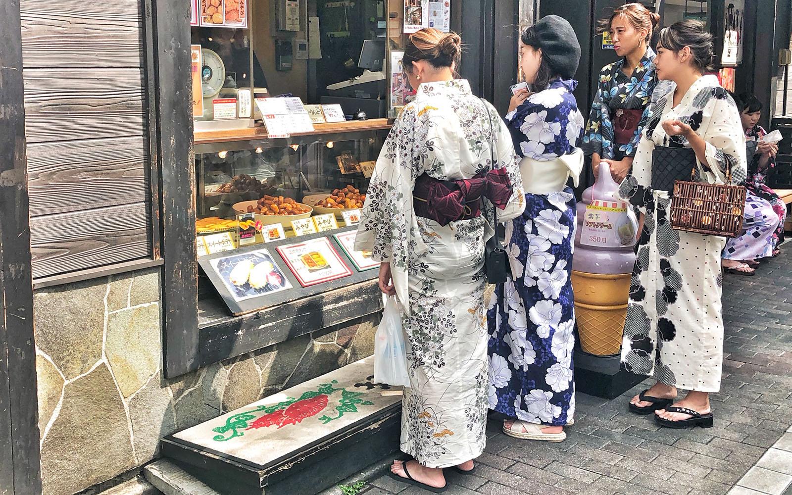 Alcune amiche in kimono intente a scegliere un gelato ad Asakusa.