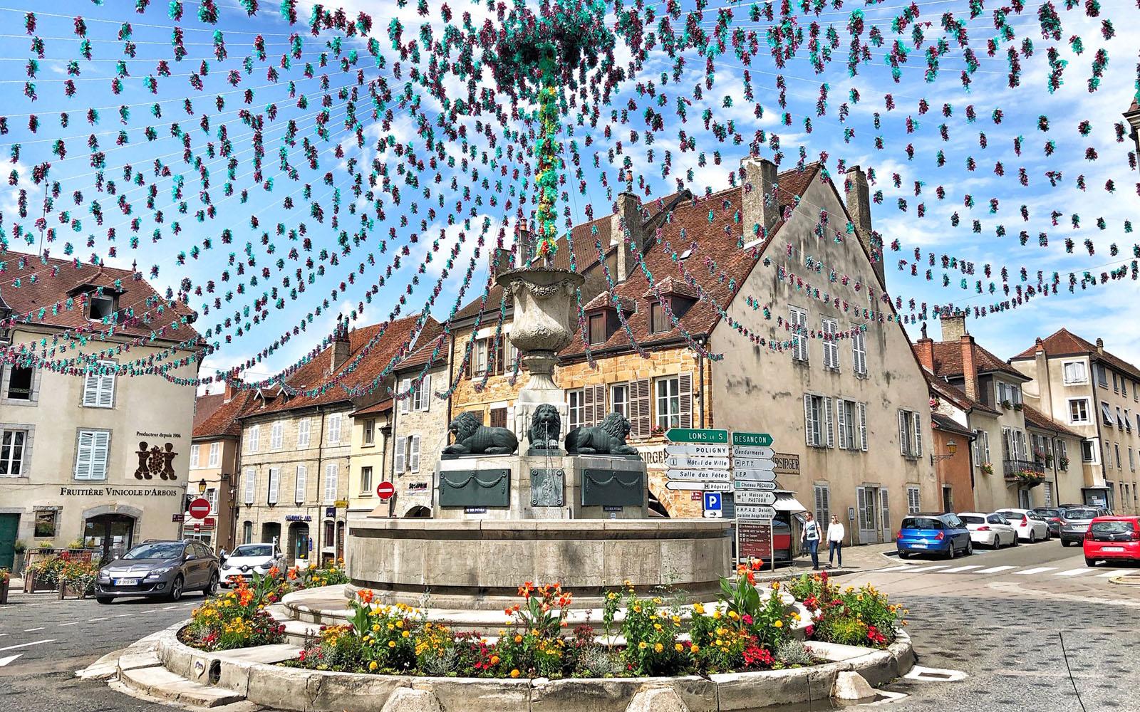Il borgo di Arbois, la città dei vini del Jura.