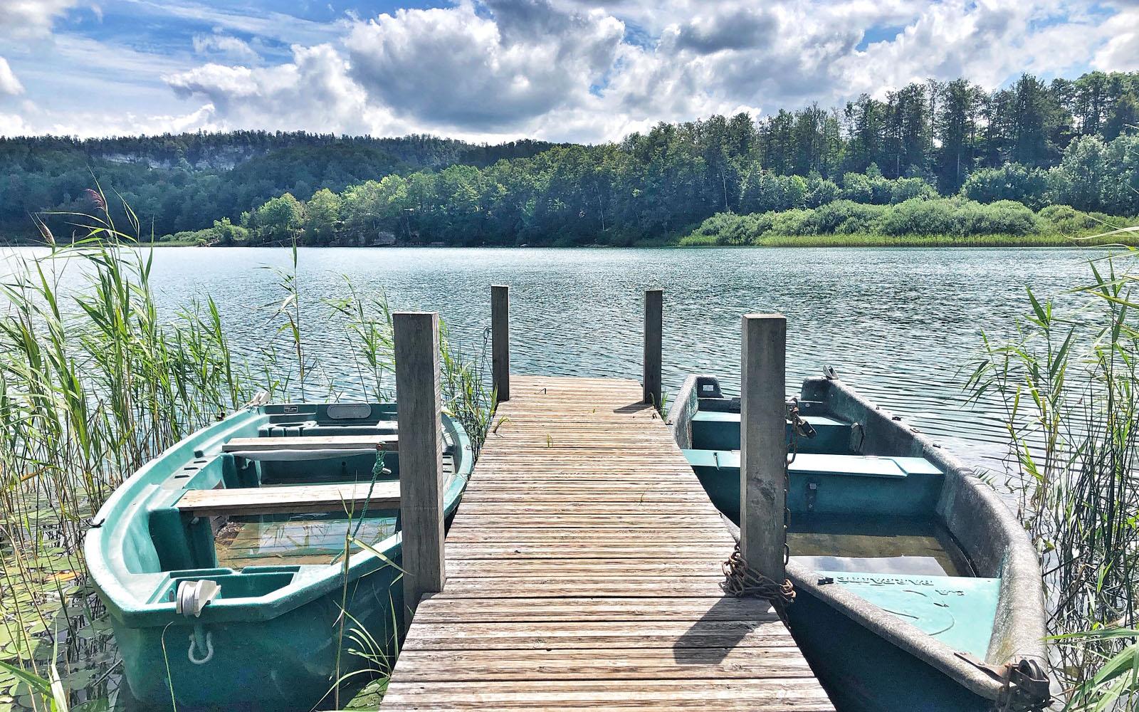 Uno dei paesaggi tipici del Jura, tra foresta e lago.