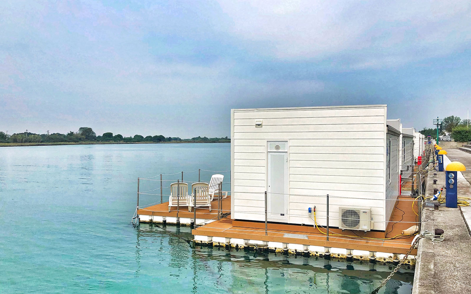 La case galleggianti del Floating Resort di Lignano.