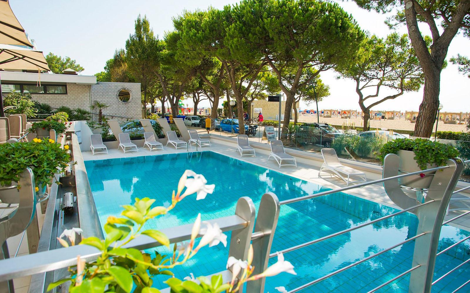 La piscina del Grand Hotel Playa a Lignano.