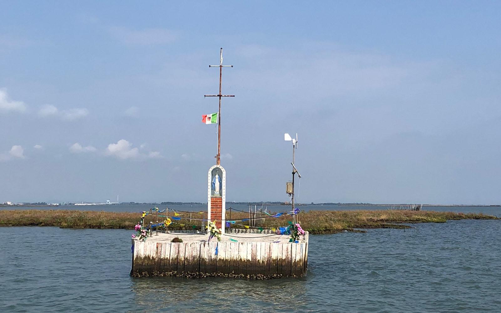La Madonnina del Mare, sulla laguna.