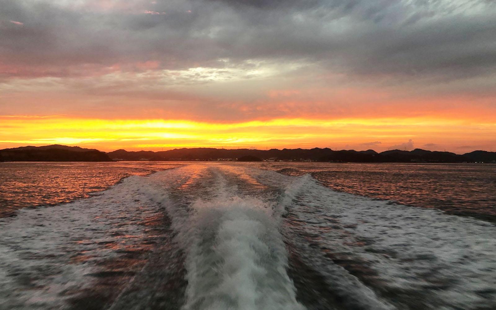 L'isola al tramonto, ammirata dal traghetto.