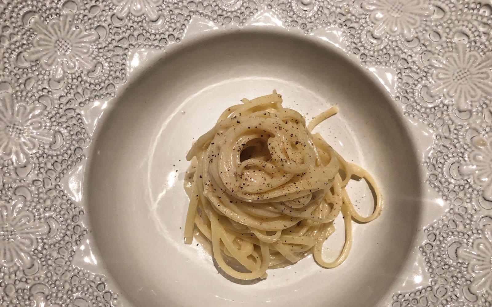 Un piatto di cacio e pepe rivisitato, da Estro.