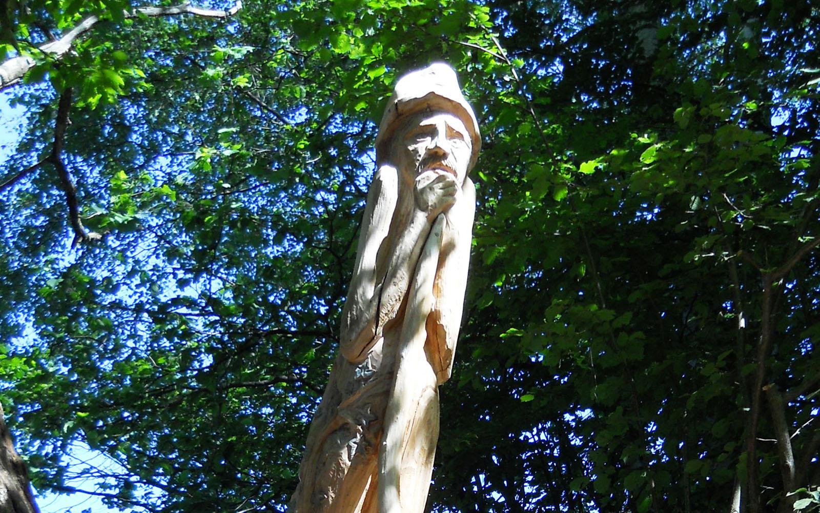 Una delle sculture che costellano il Sentiero delle Espressioni della Valle Intelvi.