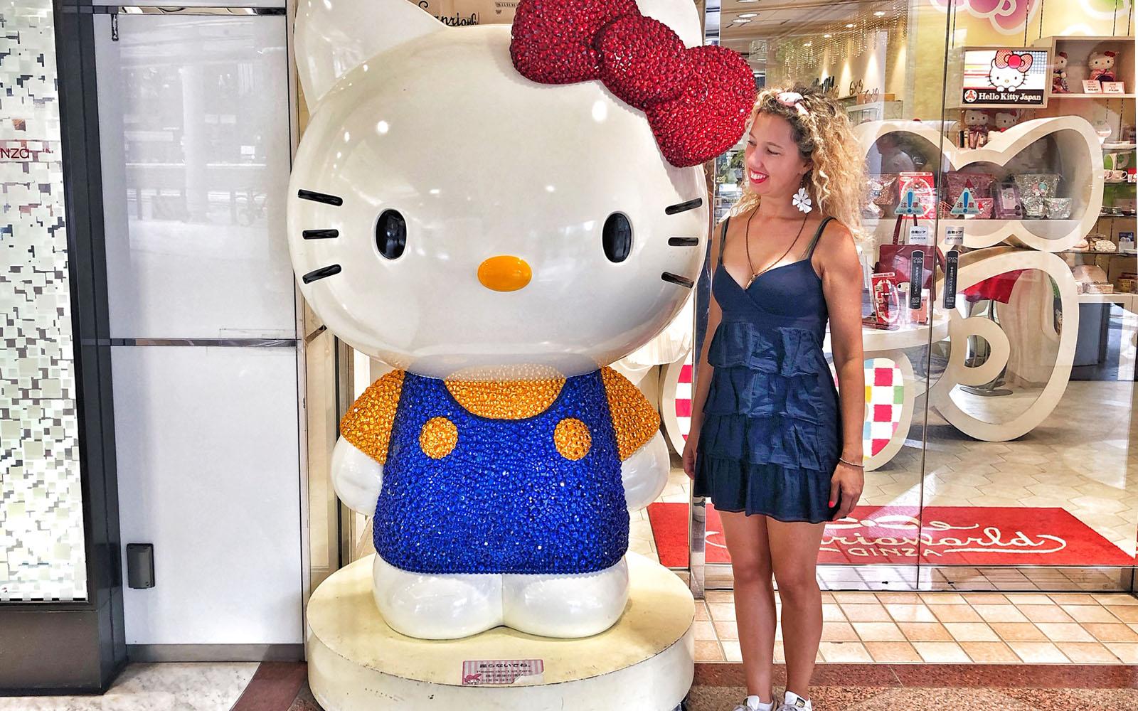 In compagnia di Hello Kitty, una delle icone giapponesi.