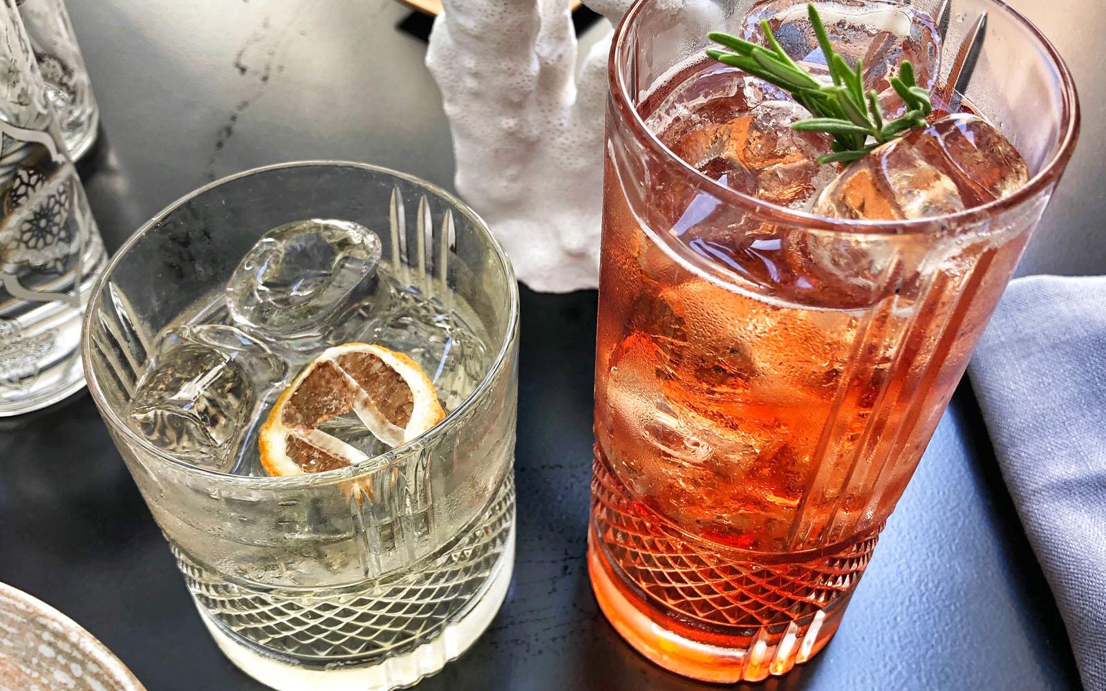 Il negroni bianco e il cocktail della casa, assaggiati da Spica.