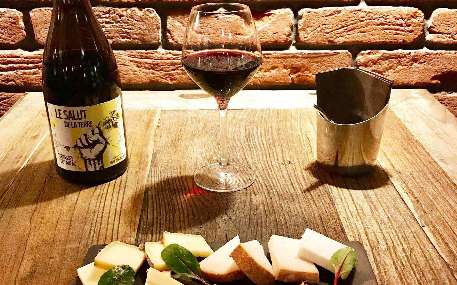 Calice di vino e tagliere di formaggi. © Wine Not