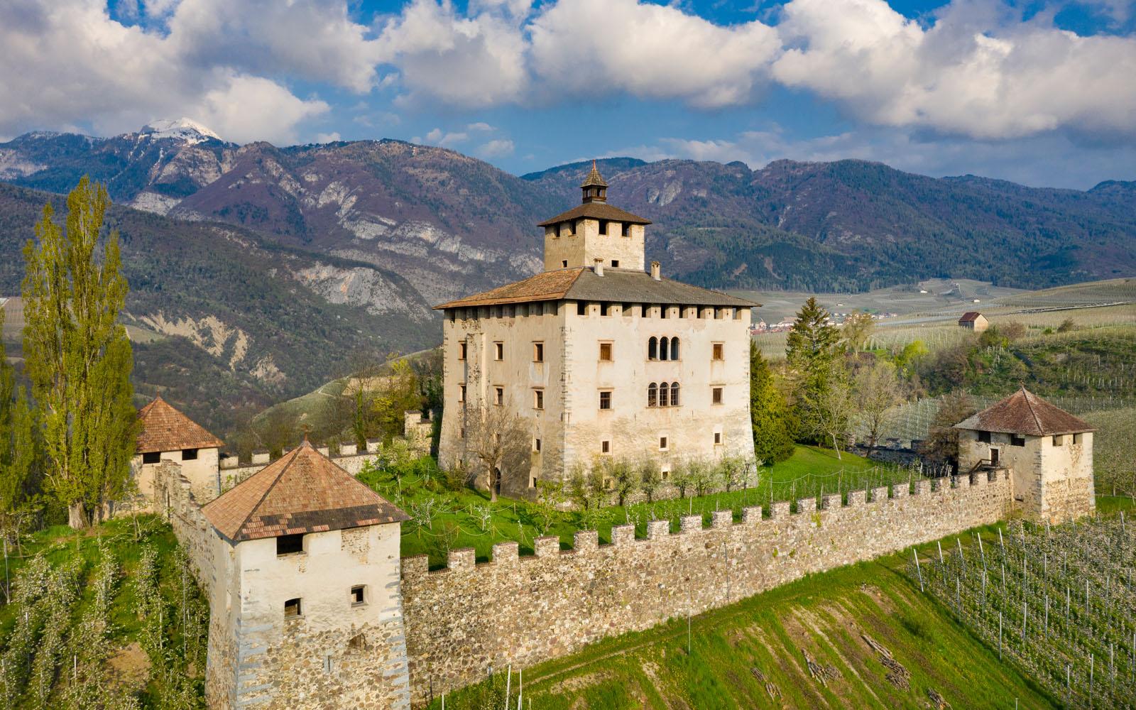 Castel Nonno, in Val di Non, abbracciato dai melati.