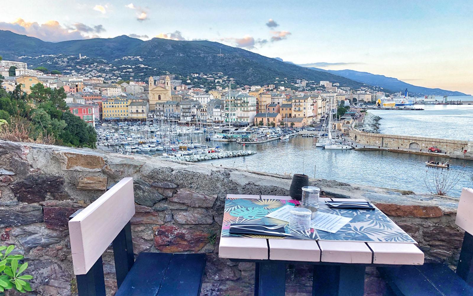 Cena con vista a Bastia. © oltreilbalcone