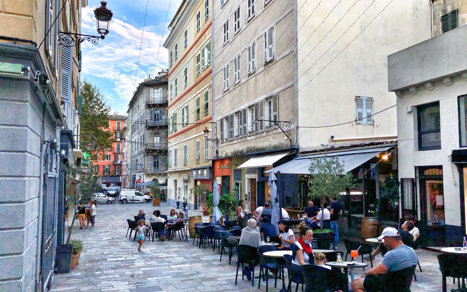 L'animata rue Napoléon. © oltreilbalcone