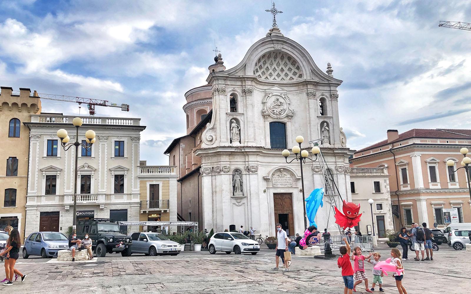 La chiesa delle Anime Sante di Giuseppe in piazza del Duomo a l'Aquila.